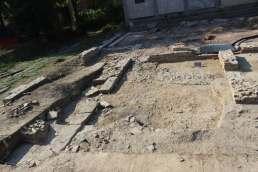 saggio II, settore occidentale di scavo con basamento di fronte colonnata