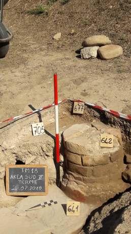 saggio II, particolare dei resti di colonna della fronte nel settore occidentale